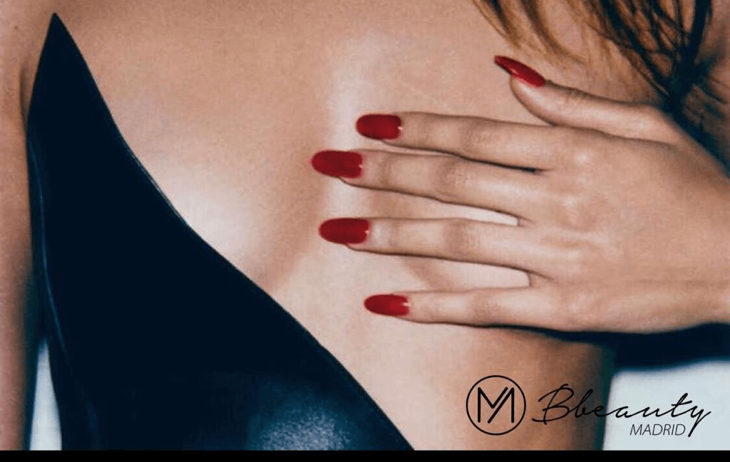 muestra mujer masajeando el pecho