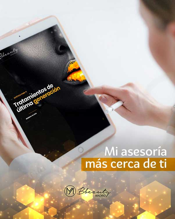 muestra a una mujer frente a la luz de una pantalla de una tablet.